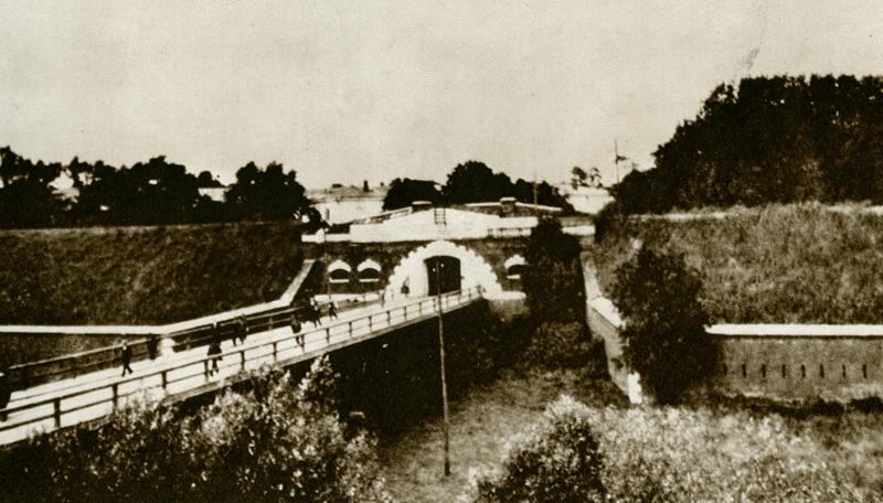 Główna brama Cytadeli, tzw. Wrota Konstantynowskie, obecnie Brama Powązkowska (foto z lat 1920-tych)